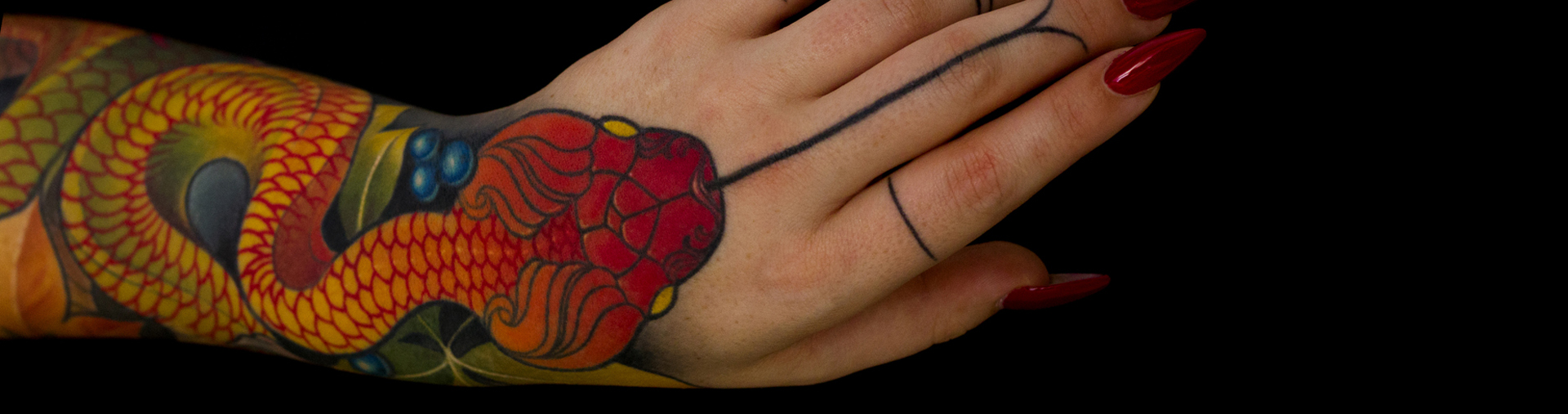 mano tatuaje serpiente