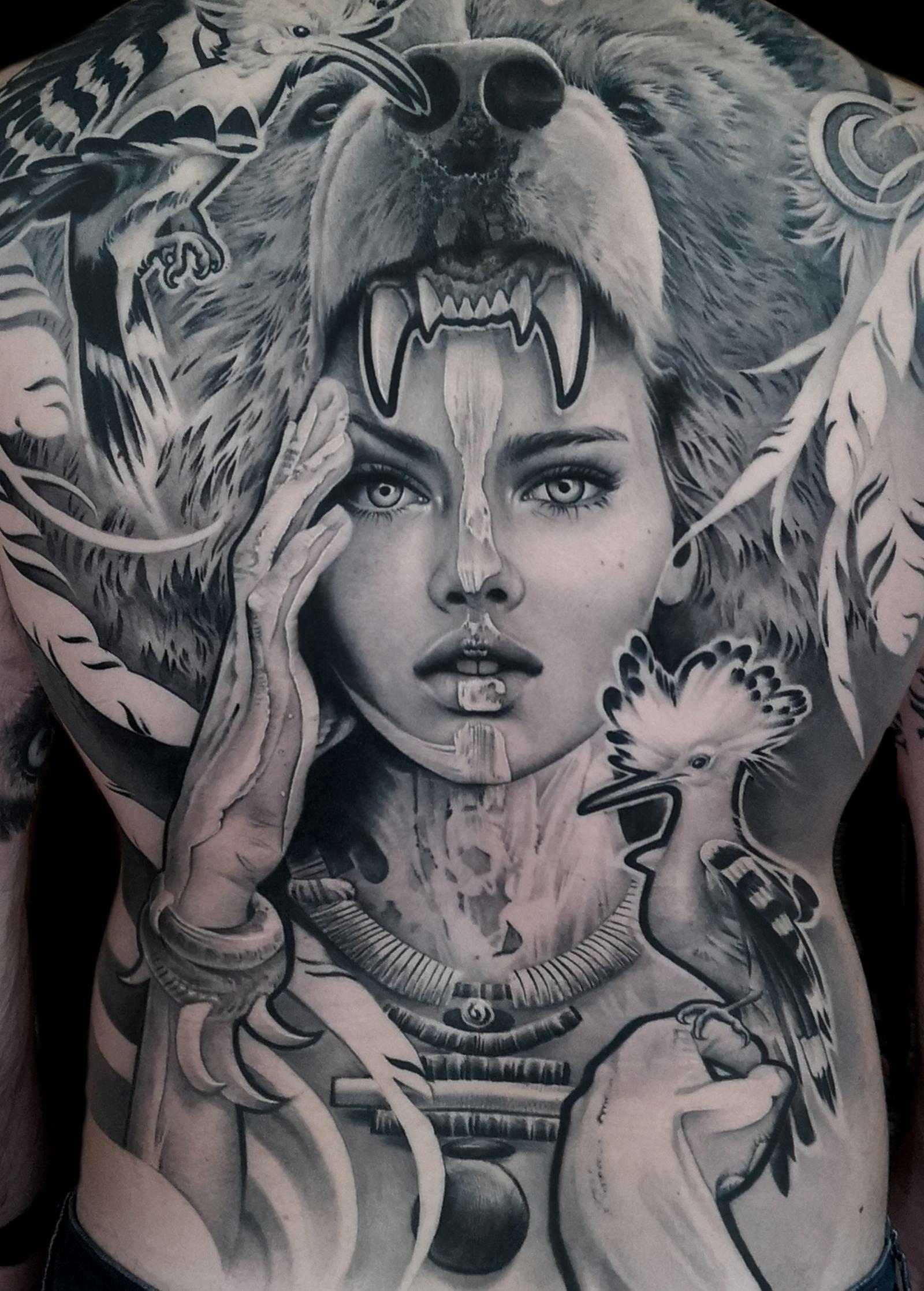 tatuaje chica con cabeza de oso y abubillas